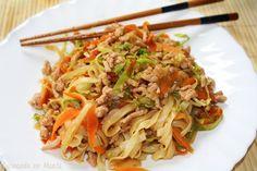 Tallarines de arroz con carne, verduras y salsa de soja - A este plato se le puede dar un toque aún más oriental poniéndole un poco de cebollino o cebolleta picados, jengibre rallado o incluso unas setas shiitake. En definitiva, es una receta ligera en cuanto a grasas, sana, sencilla y rápida