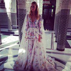 Para su segunda boda, Poppy eligió un diseño estampado de Emilio Pucci.