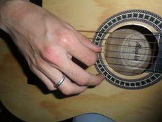 Serenata: Solos de violão que convenceram.  Título do Editorial: Primeiro Romance  Turma: 6 Semestre C - Noite  Produtor: Jeisibel Cecílio Serenata: Solos de violão que convenceram.   Fotografo: Jeisibel Cecílio/ Juliano Vieira  Modelo: Juliano Vieira