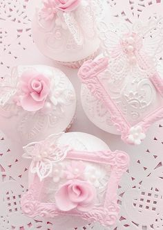 Cupcakes discovered by 𝓈𝒶𝓂𝒶𝓃𝓉𝒽𝒶 𝓈𝑒𝓇𝑒𝓃𝒶 ✰ on We Heart It Deco Cupcake, Cupcake Cakes, Vintage Cupcake, Rose Cupcake, Cupcake Toppers, Mini Tortillas, Pretty Pastel, Pastel Pink, Cupcakes Roses
