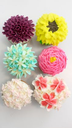 Cupcake Bouquet Discover Buttercream Flower Cupcakes With the right piping tip you too can make buttercream flower cupcakes like cherry blossoms peonies dahlias and more. Cake Decorating Frosting, Cake Decorating Tutorials, Cupcake Decorating Techniques, Decorating Cakes, Decorating Ideas, Decor Ideas, Frosting Flowers, Fondant Flowers, Diy Flowers