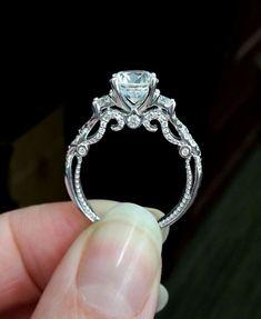 Mujer sosteniendo un anillo de compromiso con diseño vintage #anillos