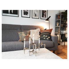 Aftenhygge på sofaen med ny kelim puder #kelimpude #kelimkiosken @kelim_kiosken #nagel #nagelstager #fritznagel #danishdesign #arnejacobsen #ajlamp #marmorbord #marble #marbletable #indretning #interior #interiordesign #hmhome #hygge