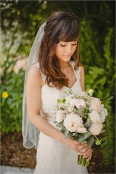 Gorgeous bride and bouquet | Florida Mismatched Vintage Wedding | Photo by Sunglow Photography on Wedding Chicks via Lover.ly