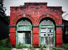 An abandoned railroad station house in Metcalf, Georgia. Wouldn't this make a fantastic home? I want it.....