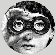 Lo sguardo del Premio. Opera realizzata per il Premio Riccione per il Teatro 2011 dall'Atelier Fornasetti, avamposto della più alta produzione artigianale, creato dal grande artista milanese Piero Fornasetti, pittore, scultore, stampatore di libri d'arte e creatore di oltre undicimila oggetti. Per il Premio, il figlio Barnaba ne ha rivisitato il motivo più celebre e fortunato: il bellissimo ed enigmatico volto dell'attrice e cantante lirica Lina Cavalieri.