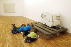 """Kinderklub - Erst schauen, dann machen!  Der Kinderklub richtet sich an Kinder zwischen 6 und 10 Jahren. Auf spielerische Weise werden die Kunstwerke im Museum für Gegenwartskunst erkundet, danach geht es ins Atelier, um selbst kreativ zu werden. Die Kinder werden von Künstlern und Museumspädagogen altersgerecht angeleitet. In den Sommerferien findet der Kinderklub als """"Kreative Ferienkiste"""" wöchentlich statt."""