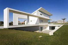 """Architrend Architecture ""Volumetria trabalhada confere tom escultural à esta residência italiana, que mescla elementos de concreto e vidro."" Arcoweb"