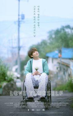 """BTS revelou o primeiro pôster para """"Love Yourself""""! No dia 11 de agosto à meia-noite (KST), o BTS lançou um pôster para """"Love Yourself"""" que apresenta Jungkook em uma cadeira de rodas, segurando um pequeno buquê de flores. O texto no pôster diz: """"O dia em que eu quis correr em direção ao coração"""". Este pôster pode ser para a série de vídeos do BTS com o tema """"Love Yourself"""", que anteriormente foi relatado em fase de planejamento em junho, ou para algo completamente diferente! Também foi…"""