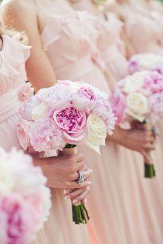 los tonos malva y rosa suave son perfectos para los ramos de las amigas de la novia