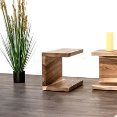 Der Beistelltisch oder Nachttisch aus Massivholz wird in der Wunsch Holzart für Dich hergestellt. Floor Chair, Bookends, Flooring, Furniture, Home Decor, Types Of Wood, Nightstand, Wood Working, Dinner Table