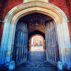 Gates of Hampton Court. You can just see Queen Elizabeth I walking through… Hampton Palace, Hampton Court, Dinastia Tudor, Tudor House, Tudor History, British History, Renaissance, Tudor Dynasty, English Manor Houses