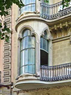 window Rambla de Catalunya Modernisme oriel window at Rambla de Catalunya, 84 in the Eixample district of Barcelona, Catalunya. Art Nouveau, Art Deco, Arched Windows, Windows And Doors, Gothic Windows, Bay Windows, Beautiful Architecture, Architecture Details, Modernisme
