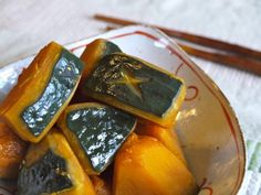 Nimono consists of cooking with water and/or sake and condiments, boiled down and reduced. The kabocha pumpkin's taste is sweet, like a chestnut. Japanese Soup, Sweet Cooking, Fusion Food, Noodles, Rice, Pumpkin, Fruit, Vegetables, Eat