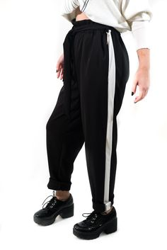 Pantalón súper urban con cinturilla de goma y lazo (de quita y pon) de pierna recta y raya ancha lateral. Una mezcla entre el antiguo chándal y un pantalón de pinzas clásico con el que destacarás y arrasarás en tu día a día. Es la última tendencia en NY.