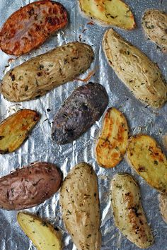 These Roasted Fingerling Potatoes with garlic, parsley & thyme are a perfect side dish. Easy, tasty and just 162 calories or 5 Weight Watchers SmartPoints!