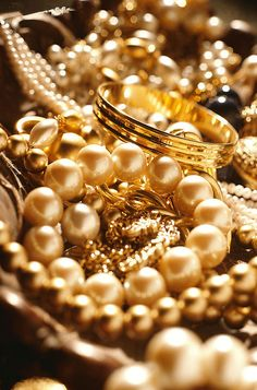 Opulence pearls and gold for our glamour girls. Pearl And Lace, Gold Pearl, Pearl Jewelry, Gold Jewelry, Jewelry Gifts, Fine Jewelry, Gold Everything, Color Splash, Or Noir