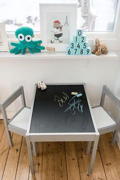 Jag fick rätt tidigt idén att det vore kul att ha ett bord med griffelskiva i barnens rum, så de kunde sitta och rita fritt. Det tog lite tid att hitta allt jag behövde, men till jul stod det klart...