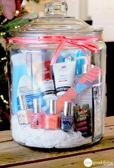 Make DIY gift for best friend yourself - make the 25 best gift ideas for women yourself - Spa visit in a glass – birthday gifts for women Informations About DIY Geschenk für beste Freundi - Themed Gift Baskets, Raffle Baskets, Diy Gift Baskets, Homemade Gift Baskets, Raffle Gift Basket Ideas, Creative Gift Baskets, Diy Best Friend Gifts, Best Gifts, Mothersday Gift Ideas