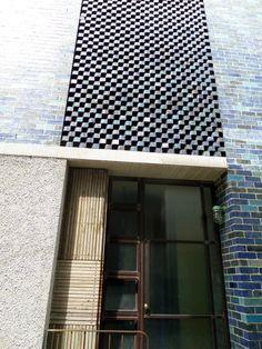 Gorgeous hand glazed bricks from Grand Designs Australia house Brick Cladding, Brick Facade, Exterior Cladding, Facade House, Cladding Ideas, Brickwork, Minimalist Architecture, Architecture Details, Grand Designs Australia