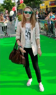 Saoirse Ronan - love those green sunglasses <3