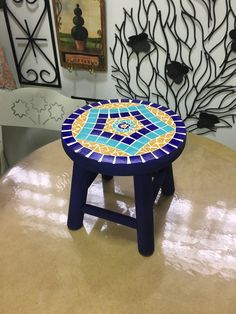 Aula 5.2 - banquinho decorado Mosaic Crafts, Mosaic Art, Mosaic Furniture, Craft Gifts, Garden Art, Christmas Diy, Tiffany, Stool, Creations