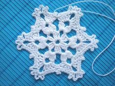 Eight snowflakes with very easy-to-follow pattern diagrams. This is a good page to learn how to read diagrams ;-) This European site has *hundreds* of stitch & motif pattern diagrams, well worth browsing. Use Google Translate. #crochet