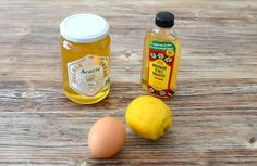 Masque cheveux : 2 c. à s. de monoï, ou d'huile d'olive + 2 c. à s. de miel + 1 jaune d'oeuf + du citron (pour la brillance, quelques gouttes suffisent). Appliquer en insistant sur les pointes, et laissé poser 20 minutes. Rincer et faire un shampooing.