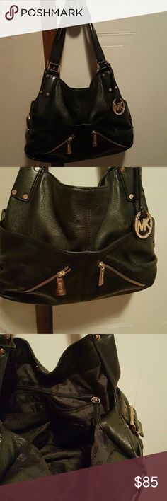 Michael kors purse This purse is in excellent condition. Lots of compartments. Very roomy Michael Kors Bags Shoulder Bags