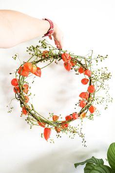 Maak het zelf, een herfstkrans – Interieur & Lifestyle Deco Nature, Nature Decor, Dried Flower Wreaths, Dried Flowers, Halloween Design, Fall Halloween, Fall Flower Arrangements, Deco Floral, Autumn Wreaths