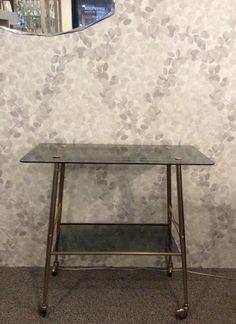 pyörällinen sivupöytä / tarjoilupöytä 70 luvulta . tasot savulasia . korkeus 70 . leveys 75 . syvyys 39cm . @kooPernu