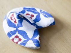 DIY-Anleitung: Glückskekse nähen, Geschenkidee, Asiatischer Glückskeks / DIY-tutorial: sewing fortune cookie, gift idea, asian fortune cookie via DaWanda.com