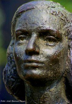 Beeld (deel) van Anne Frank in Utrecht