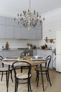 Cinza é tendência, aposte em uma mesa de madeira para valorizar a decor da cozinha.