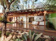 Para aproveitar o espaço externo da casa, a arquiteta Graziela Arruda propôs uma sala de estar e jantar, com espaço gourmet, sem paredes, inteiramente fechada por esquadrias de madeira e vidro. Informações: (11) 3477-2673.