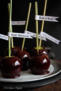 Black Toffee Apples @ Not Quite Nigella Halloween Drinks Kids, Halloween Food For Party, Halloween Treats, Halloween Dinner, Halloween Decorations, Halloween Buffet, Halloween Punch, Classy Halloween, Halloween Costumes