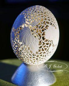 ażurowe jajo strusie , pisanka rzeźbiona