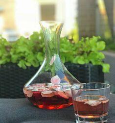 Rosé Sangria – med jordbær, rosenblade og basilikum