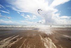 """Pendine Sands, Pays de Galles: Les plages du Pays de Galles ne sont peut-être pas les plus paradisiaques étant donné leur latitude. Toutefois, à Pendine Sands, le paysage vaut le détour, voire même le virage, étant donné qu'il s'agit d'un haut-lieu de la course automobile et motocyclique depuis le début du XXème siècle. En effet, le magazine Motor Cycle a décrit son sable comme """"la meilleure piste naturelle imaginable""""."""