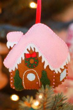 Ogni anno ognuno di noi desidera avere delle nuove decorazioni per l'albero di Natale, ma molto spesso risultano davvero troppo costose! Fortunatamente la