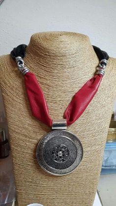 Collana in pelle rossa e nera, alluminio e pendente #homemade #madewithlove #perasperaadastra #collana #jewerly  #fattoamano #pelle #pendente #alluminio