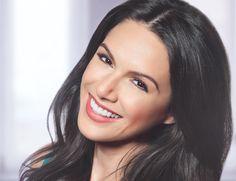 mulher com aproximadamento 30 anos sorrindo