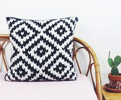 Chunky Jacquard Pillow Knitting Pattern: 10 Steps (with Pictures) Crochet Cushion Cover, Crochet Pillow Pattern, Knit Pillow, Crochet Cushions, Pillow Patterns, Cute Pillows, Diy Pillows, Throw Pillows, Knitting Patterns