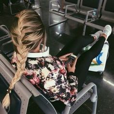 Image about girl in HAIR by mariamartingm on We Heart It Girls Tumbler, Messy Bun With Braid, Foto Casual, Barefoot Blonde, Story Instagram, Foto Pose, Airport Style, Tumblr Girls, Travel Style