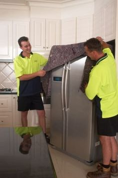 33 + helpful moving tips everyone should know. Don't forget to defrost, towel dry, and clean your refrigerator hours before moving day. Moving House Tips, Moving Home, Moving Day, Moving Tips, Moving Hacks, Packing To Move, Packing Tips, Moving Checklist, Moving And Storage