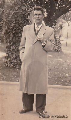 Señor posando coa man na solapa da chaqueta. Cedida por Ezaro.com