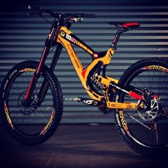 incredible this DH bike by marcos rodriguez Best Mountain Bikes, Mountain Bike Trails, Mountain Bicycle, Mtb Enduro, Freeride Mtb, Velo Dh, Intense Bikes, Mt Bike, Bike Engine