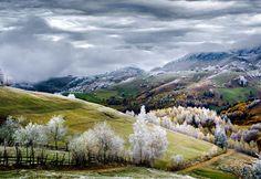 La nature couverte de givre à Pestera, dans la région de Brasov, en Transylvanie…