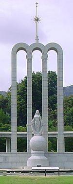 Die Hugenote monument is ook hier opgerig ter herdenking van die Franse vlugtelinge aan die Kaap. In 1829 is vasgestel dat daar geen Franstaligen meer aan die Kaap is nie. Talle Franse plek- en plaasname het egter bewaar gebly as 'n erfenis uit hierdie tyd, en baie plaasname verwys na die Franse geboortestede van die Hugenote-vlugtelinge. 'n Aantal plase soos La Motte, La Cotte, Cabrière, Provence, Chamonix, Bien Donné, Champagne, Dieu Donné en La Dauphiné het hul name behou.