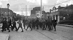 ESPAÑA - GUERRA CIVIL ESPAÑOLA - ZONA REPUBLICANA: MADRID, MARZO DE 1937.- Ejercicios de instrucción de la 21ª brigada mixta por las calles del barrio madrileño de Usera durante la Guerra Civil española, poco después de ser trasladada desde el frente del Jarama.